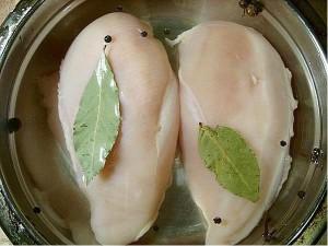 Для рецепта пастромы из куриного филе с ароматными травами нам понадобится: 2-4 лавровых листа 1 куриная грудка (вес 700-800 г) 2-3 бутона гвоздики 1 литр холодной кипяченой воды 2 ч.л. смеси сухих французских трав (или прованских, что больше нравится. только не перестарайтесь) 2 ст.л. соли 5-7 горошин черного перца 0,25 ч.л. смеси перцев молотых 1 ч.л. сахара 2-3 горошины душистого перца 0,25 ч.л. перца красного молотого 1 ст.л. масла подсолнечного Приготовить рассол. Налить в миску холодную воду, всыпать соль и сахар ( ложки брать с горкой). Размешать до их растворения. Добавить лавровый лист, гвоздику, горошек черного и душистого перцев. Опустите филе в приготовленный рассол. Вода должна полностью покрывать мясо. Поставить в холодильник на 12 часов. В отдельную тарелку надо всыпать все сухие специи. Влить подсолнечное масло, перемешать. Через 12 часов следует достать филе из рассола, дать воде стечь. Обмазать куриное филе со всех сторон приготовленной смесью специй и трав. Положить на фольгу. Духовка должна быть разогрета до максимальной температуры. Поместить филе в духовку на 15 минут, не больше и не меньше. Дверцу не открывать! Через положенное время духовку выключить. Дверцу духовки по-прежнему не открывать! Оставить куриные филе внутри духовки до полного ее остывания, ну или на время не менее двух часов. Получается ароматное, сочное куриное мясо. Пастрому нарезать и подать на праздничный стол, в виде нарезки или бутербродов. Приятного аппетита!
