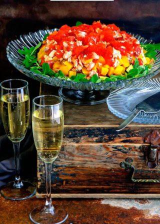 Салат-торт из лосося с манго и авокадо