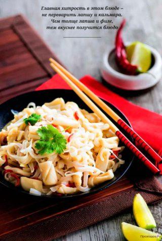 Рисовая лапша с кальмарами и кокосовым соусом