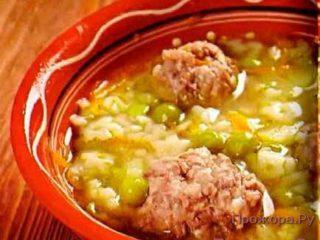 Рисовый суп с фрикадельками и горошком