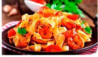 Быстрая паста с креветками и помидорами